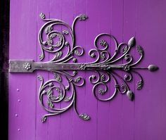 This has to be one of *the* prettiest hinges I've seen! (And it doesn't hurt that I like the color of the background... *grin*)
