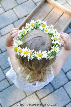 How to make a braided daisy chain flower crown with just flowers! The simple step by step tutorial teaches you easy ways to make flower crowns with daisies, dandelions and other weeds and wildflowers. It's perfect for making flower crown headbands or flower bracelets or necklaces. #daisychain #flowercrown #flowercrowntutorial #naturecrafts Flower Crown Tutorial, Flower Crown Headband, Flower Crowns, Craft Projects For Kids, Kid Crafts, Easter Crafts, Diy Projects, Craft Ideas, Summer Crafts For Kids