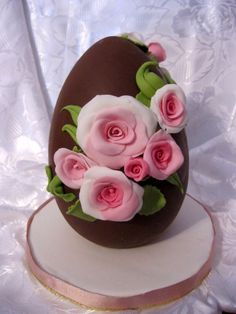 A place for people who love cake decorating. Chocolates, Easter Cookies, Easter Treats, Easter Cake, Fancy Cakes, Cute Cakes, Easter Biscuits, Egg Cake, Chocolate Art