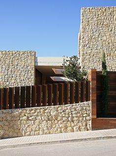 Haus in Monasterios von Ramon Esteve in Valencia, Spanien Pavilion Architecture, Modern Architecture House, Sustainable Architecture, Interior Architecture, Residential Architecture, Entrance Design, Fence Design, Modern Exterior, Exterior Design