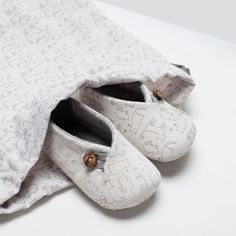 For baby Henry Cute Baby Shoes, Baby Boy Shoes, Baby Boots, Baby Boy Outfits, Kids Outfits, Baby Shoes Tutorial, Kids Clothing Rack, Zara Mini, Cute Slippers