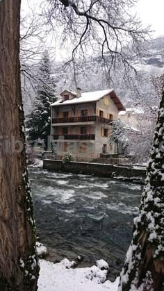 La Capelette Ignaux La Capelette offers accommodation in Ax-les-Thermes. The property is located on the riverside and features views of the river. The train station is 300 metres from the property and Ax-Bonascre Ski Lift is 900 metres away.