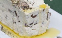 Come preparare in casa un delizioso formaggio fresco con olive taggiasche #ricette #formaggio #cucina #olive #feta