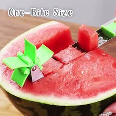 Windmills Watermelon Schneider🔥😍 - 😍🔥 HOW COOL IS THAT? 🔥😍 Cut melon pieces easily and quickly Go to the product ➡ sparg - Cool Kitchen Gadgets, Kitchen Items, Kitchen Hacks, Cool Kitchens, Top Gadgets, Kitchen Tools, Watermelon Cutter, Watermelon Slicer, Watermelon Fruit