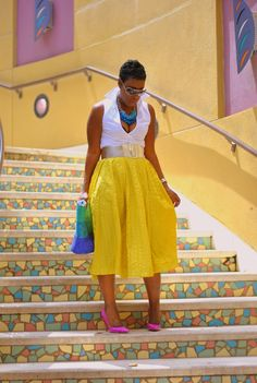 Love everything, colors, skirt, heels, necklace!