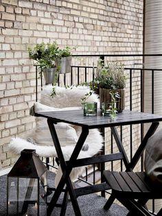 Beautiful and cozy apartment balcony decor ideas (29)