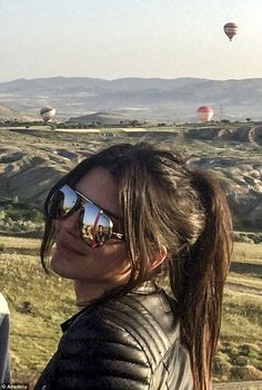Jenner takes to the skies in a hot air balloon in Turkey Up, up and away! Kendall Jenner took a trip on a hot air balloon in Nevsehir, Turkey on WednesdayUp, up and away! Kendall Jenner took a trip on a hot air balloon in Nevsehir, Turkey on Wednesday Kendall Jenner Makeup, Kendall And Kylie Jenner, Kendall Jenner Outfits, Kendall Jenner Hairstyles, Kendall Jenner Short Hair, Brown Blonde Hair, Dark Hair, Hair Inspo, Hair Inspiration