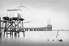 Photo noir et blanc d'une pêcherie à Mindin  au pied du pont de Pont de St Nazaire, Loire Atlantique, Brittany