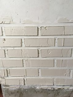 Using plaster to make fake bricks Fake Brick Wall, White Brick Walls, Faux Brick, Drywall Mud, Brick Texture, Drywall Texture, Design Exterior, Interior Design, Plaster Walls