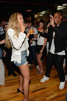 Beyonce and Jay-Z boogie on July 3 at Samsung Mobile's release party for his new album Magna Carta Holy Grail in Brooklyn. The first dance was for Beyonce and Samsung customers only. Beyonce 2013, Beyonce And Jay Z, Beyonce Style, Celebrity Couples, Celebrity News, Carter Family, Magna Carta, Mrs Carter, Blue Ivy