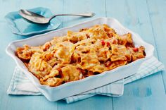 By starting with refrigerated prepared ravioli, this amazing pasta casserole takes just 15 minutes to get to the oven. Layered with a creamy herb-tomato sauce, vegetables and cheese, this pasta bake is packed with flavour. Yummy Pasta Recipes, Dinner Recipes, Cooking Recipes, Bacon Recipes, What's Cooking, Yummy Food, Ravioli Bake, Baked Ravioli, Cheese Ravioli