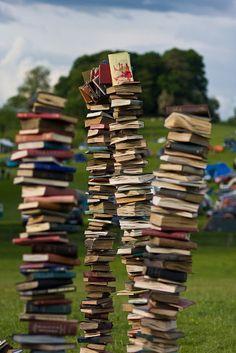 The Book Garden: Beyond the Shelf - Book Porn Pile Of Books, Stack Of Books, I Love Books, Books To Read, My Books, Reading Books, A Utopia, Buch Design, Book Nooks