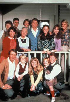 In Memoriam Ralph Waite: Die Waltons - Ralph Waite (Mitte) als Oberhaupt der Familie Walton (Bild: ORF)