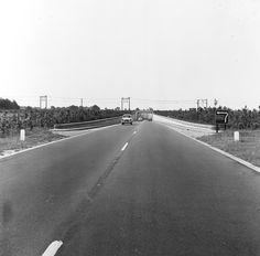 De tunnel onder de spoorlijn Meppel - Hoogeveen in de provinciale autoweg P13 (nu A28) in de jaren '60, gezien richting zuiden.  Destijds was het wegvak van knooppunt Hoogeveen tot deze tunnel het pronkstuk van de Drentse Provinciale Waterstaat. Tussen 1961 en 1965 hield de weg tijdelijk op bij de gelijkvloerse aansluiting Hoogeveen, waarvoor het verkeersbord waarschuwt. Later verrees op die plek het viaduct De Koppeling.