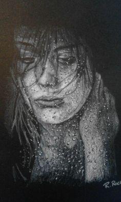 Donna che osserva dal vetro bagnato