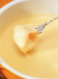 Recette de fondue au fromage. Avec de l'emmenthal, du gruyère, du vacherin, du suisse, du vin blanc, du kirsch. Une recette toujours gagnante.