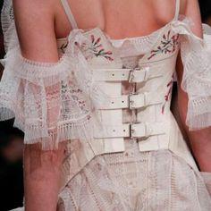 コルセット派ビスチェ派今年のファッションはウエストマークがポイント