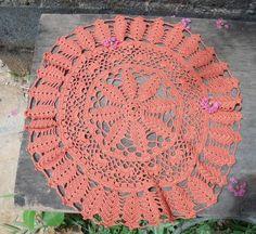 Toalha redonda em crochê com 50cm de diâmetro. Cor: telha  Uma opção para decorar com estilo! R$ 25,00