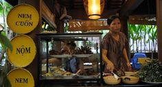 Dans ce restaurant de Hanoi, on sert les spécialités culinaires du Vietnam.