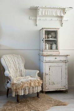 Adding That Perfect Gray Shabby Chic Furniture To Complete Your Interior Look from Shabby Chic Home interiors. Chic Antique, Vintage Shabby Chic, Vintage Decor, Shabby Chic Interiors, Shabby Chic Homes, Shabby Chic Furniture, Shabby Chic Farmhouse, Style Shabby Chic, Shabby Chic Decor