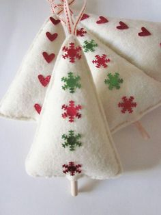 Felt tree ornaments - link to several patterns and ideas Christmas Makes, Noel Christmas, Handmade Christmas, White Christmas, Christmas Decor, Felt Crafts, Holiday Crafts, Tree Crafts, Felt Tree