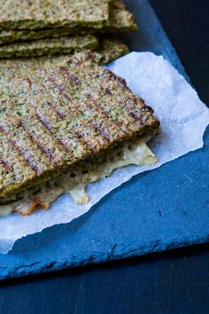 Broccoli fladbrød - broccolibrød Snack Recipes, Dessert Recipes, Healthy Recipes, Desserts, Healthy Food, Broccoli, Paleo, Keto, Bruges