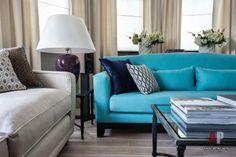Фото интерьера гостиной   Дизайн интерьера квартиры цвета кобальта и бирюзы в стиле фьюжн   Apartment interior design cobalt blue and turquoise fusion