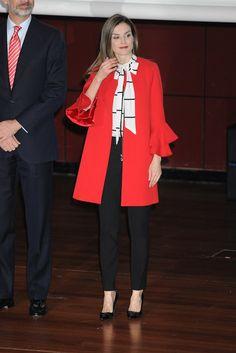 La Reina Letizia se pone por segunda vez su abrigo rojo con volantes de Zara, estrenado hace apenas dos semanas, para un acto en Soria.