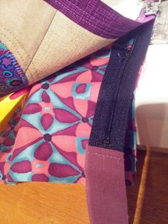 Liv i hus: Ny toalettmappe - med gratis oppskrift! A new pouch - with tutorial, for free! Sewing Tutorials, Sewing Projects, Zipper Pouch Tutorial, New Cosmetics, Patchwork Bags, Free Food, Sunglasses Case, Stripes, Quilts