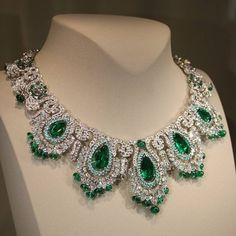 repost from Zambian emeralds, diamonds and Paraiba-type tourmalines combine to beautiful effect in this magnificent necklace by Van Cleef & Arpels I Love Jewelry, Fine Jewelry, Jewelry Design, Jewellery, Emerald Jewelry, Diamond Jewelry, Antique Jewelry, Vintage Jewelry, Van Cleef Arpels