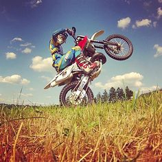 Throwback to an awesome bike!😍❤️ Missing her..😐 #throwback #baby #truelove #husqvarna #lovestory #stoppelcross #motocross #enduro #trial #training #gutertag #westerwald #motorrad #spaß #koblenz #fitness #fit #motivation #mountainbike #qualitytime #daslebenistschön #nature #dust #beautiful #wheelie #vermissen #twostroke #beast #❤️