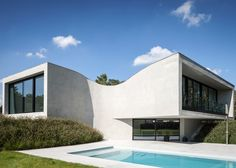 """Office O Architects uses """"flowing lines"""" to create Villa MQ"""