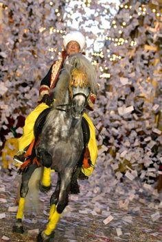 La Entrada Mora un derroche de imaginación y sensualidad que nos sumerge en un ambiente oriental con bailarinas, guerreros africanos y animales, bajo una lluvia de confetis.. #Alcoy #Alcoi #MorosyCristianos