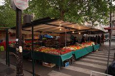 LE MARCHE MAUBERT, un des plus vieux de Paris, célèbre pour ses maraichers et fleuristes, place Maubert, 75005 Paris, Métro Maubert-Mutualité, horaires: mardi et jeudi de 7h à 14h30 et Samedi de 7h à 15h