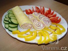 Roláda z plátků sýra plněná šunkou a kořeněnou náplní. Rychlé, levné a jednoduché.