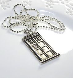 Tardis pendant- I want this SO much