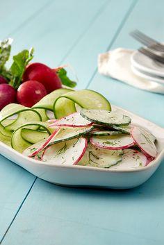 Knackige Schärfe trifft milde Cremigkeit - Radieschensalat mit FAGE Total bringt euch gesund und fit durch den Frühling. Fresh Rolls, Ethnic Recipes, Food, Yogurt, Salads, Radish Salad, Good Things, Healthy, Essen