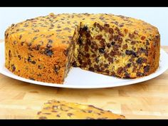 This is such a great fruit cake recipe to make and believe it or not you only need 3 ingredients to make this amazingly moist cake. 3 Ingredient Fruit Cake Recipe, Sultana Cake, Best Fruitcake, Boiled Fruit Cake, Easy Banana Bread, Cake Mix Cookies, Moist Cakes, Vegan Cake, Cake Ingredients