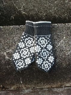 Ravelry: Fina Evelina pattern by JennyPenny Knitted Mittens Pattern, Knitted Gloves, Knitting Patterns, Wrist Warmers, Hand Warmers, Fair Isle Knitting, Hand Knitting, Fingerless Mittens, Tejidos