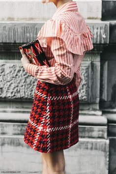 miu miu and louis vuitton at milan fashion week Milan Fashion Week Street Style, Street Style Edgy, Milano Fashion Week, Miu Miu Tasche, Day To Night Outfits, Preppy Fall, Louis Vuitton, Vuitton Bag, Tweed Skirt
