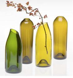 Leicht schräg angeschnitten und schon bekommen leere Weinflaschen eine sehr elegante Optik als Blumenvasen