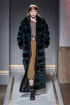 Take a look to Braschi Collections Fall Winter the fashion accessories and outfits seen on Milano runaways. Fur Fashion, Fashion Show, Fashion Guide, Chinchilla Fur Coat, Style Guides, Passion For Fashion, Showroom, Milan, Vogue