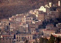 San Donato Val di Comino (Frosinone) è un piccolo borgo laziale che, grazie al suo impianto medievale e alla valorizzazione delle sue tradizioni, ha ottenuto il riconoscimento di Bandiera Arancione del Touring Club.