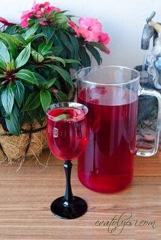 Reyhan şerbeti hiç duymuş muydunuz? Ben duymamıştım:) Şef Ceyda Baza tarafından öğrendiğimiz harika bir içecek. Özellikle yemek esnasında mideye verdiği rahatlık harika yapımı da çok kolay...( Bu yazımdan sonra gelen bir yorumla Yeşim Hanım bizlerle güzel bilgiler paylaşmış bende yorum kısmını oku Cold Drinks, Alcoholic Drinks, Beverages, Vegetable Drinks, Delicious Fruit, Alcohol Recipes, Turkish Recipes, Homemade Beauty Products, Medicinal Plants