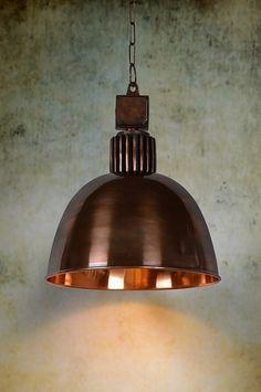 Artikel  10915  Stoere, industriële hanglamp gecombineerd met verschillende soorten roodkoper. De ophanging is in ruwe uitvoering zodat het stoere karakter benadrukt wordt. De kap is uitgevoerd in geschuurd roodkoper en afgewerkt met een hoogglans lak. De binnenkant van de kap is spiegelend. http://www.rietveldlicht.nl/artikel/hanglamp-10915-klassiek-industrie-look-metaal-rond