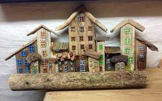 Drivtømmerhuse på ræd og række. Driftwood/drijfhout