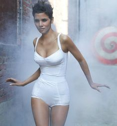 halle berry by Ruven Afanador Halle Berry Body, Halle Berry Pixie, Beautiful Black Women, Beautiful People, Stunning Women, Halley Berry, Divas, Bond Girls, Lingerie