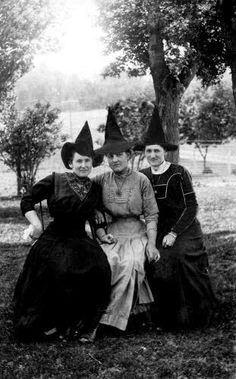 Vintage Halloween Costumes News/Crime/Music/Entertainment and more. - News/Crime/Music/Entertainment and more. Retro Halloween, Photo Halloween, Halloween Fotos, Vintage Halloween Photos, Halloween Pictures, Holidays Halloween, Halloween Costumes, Halloween Witches, Happy Halloween