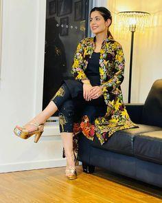 Basic Mehndi Designs, Salwar Suits Party Wear, Designer Punjabi Suits, Girl Photography Poses, Diy Art, Ethnic, Kimono Top, Designers, Traditional