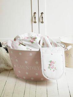 Balde Rosa com bolinhas brancas ... Um charme.....A pink polka dot laundry basket!!  LOVE!!